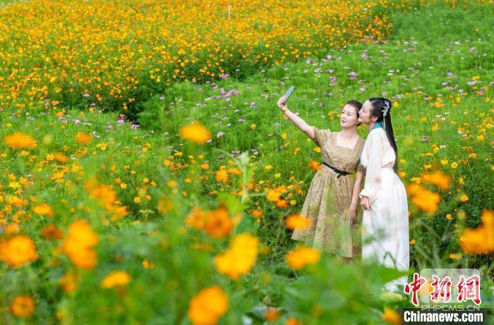"""中外摄影大师走进成都温江 感受""""健康花园城""""独特魅力"""